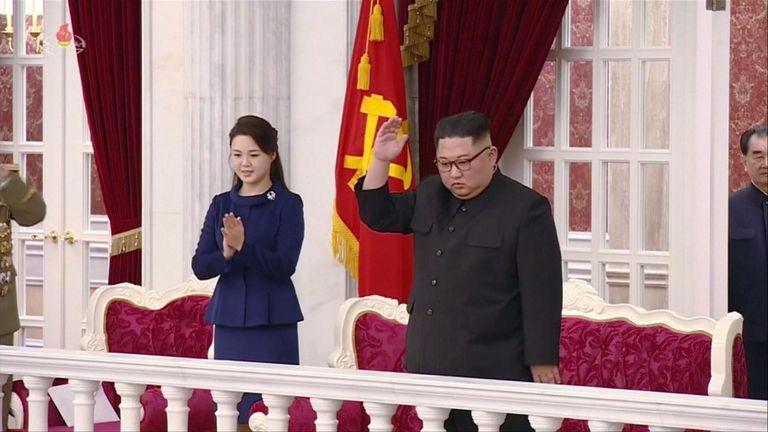 Kim Jong Un en train de regarder un concert du State Merited Chorus avec son épouse Ri Sol Ju