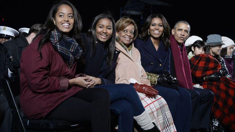 Michelle et Barack Obama avec leurs filles Malia et Sasha et la mère de Mme Obama, Marian Robinson, en 2015