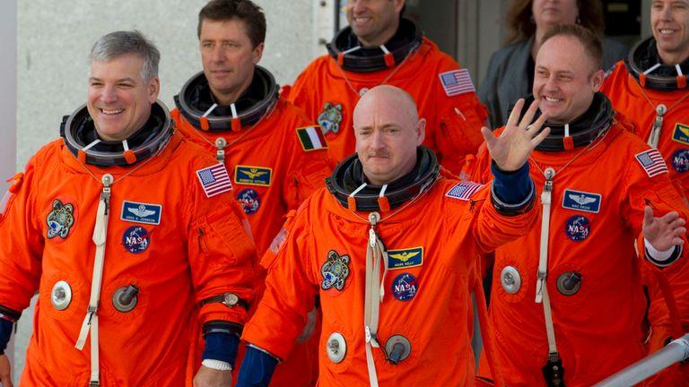 Mark Kelly (C, en agitant) a commandé la dernière mission de la navette spatiale Endeavour.