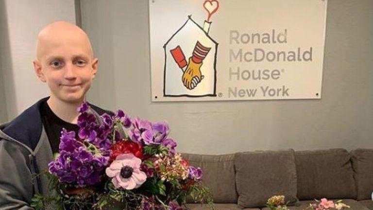 Un enfant atteint de cancer a reçu un écran violet, rose et rouge de la fête royale. Pic: Instagram / Répéter Roses