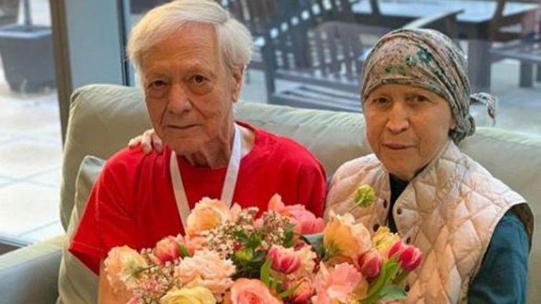 Un couple de personnes âgées à Hope Lodge a reçu un arrangement massif. Pic: Instagram / Répéter Roses