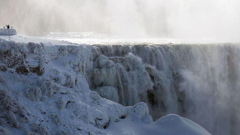 Un visiteur prenant un selfie du côté américain de Niagara Falls