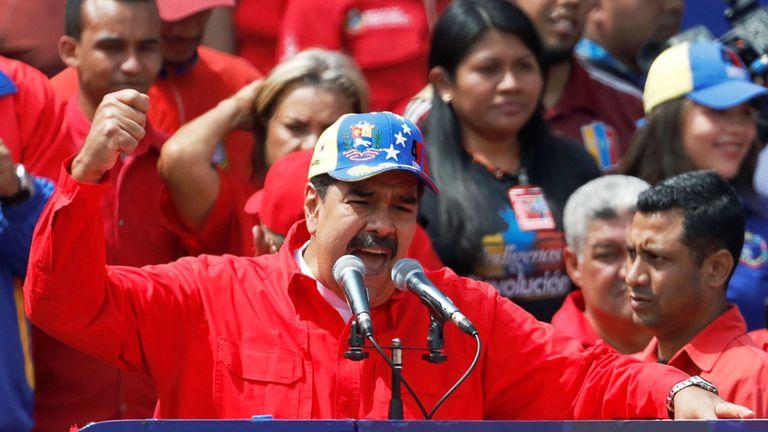 Nicolas Maduro a prononcé un discours devant ses partisans alors que des manifestations antigouvernementales ont eu lieu à Caracas
