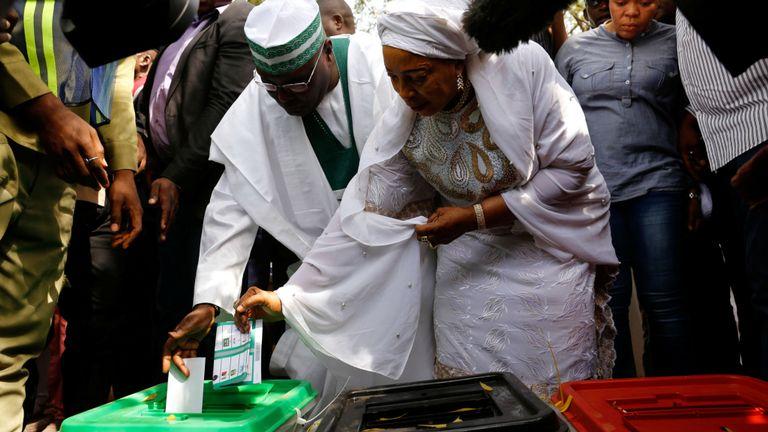 Le candidat de l'opposition à la présidence, Atiku Abubakar, vote au bureau de vote d'Ajiya à Yola, dans l'État d'Adamaoua