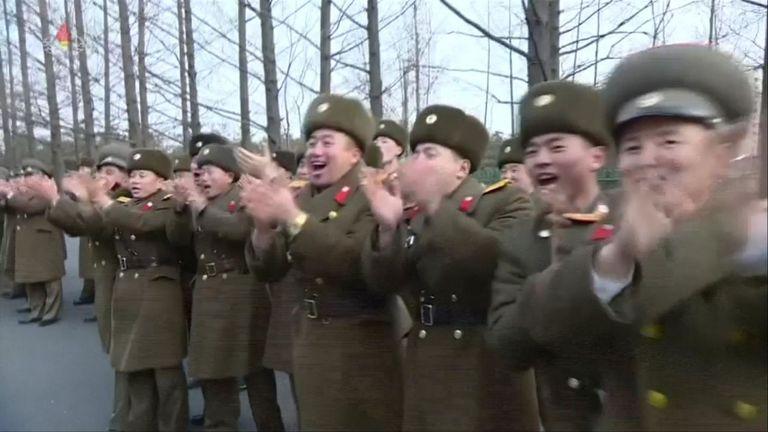 Les soldats nord-coréens applaudissent au passage de Kim Jong Un
