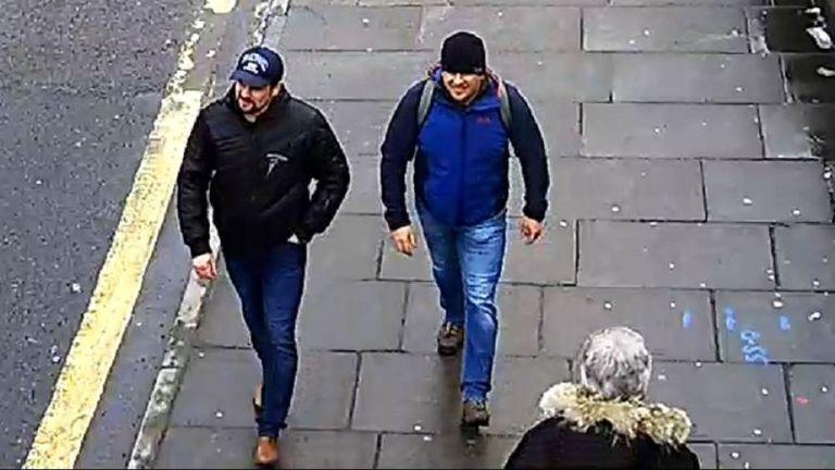 CCTV6 = image des deux suspects sur Fisherton Road, Salisbury à 13 h 05 le 4 mars 2018