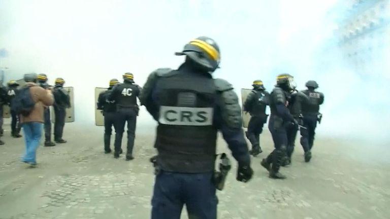 Des agents de la force publique ont déployé des bidons de gaz