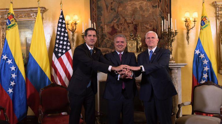 Le chef de l'opposition vénézuélienne Juan Guaido (à gauche) avec le président colombien Ivan Duque (à droite) et le vice-président américain Mike Pence (à droite)