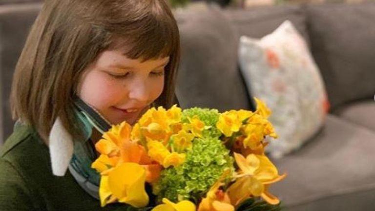 Une petite fille de la maison Ronald McDonald à New York a reçu un arrangement floral jaune de la douche royale. Pic: Instagram / Répéter Roses