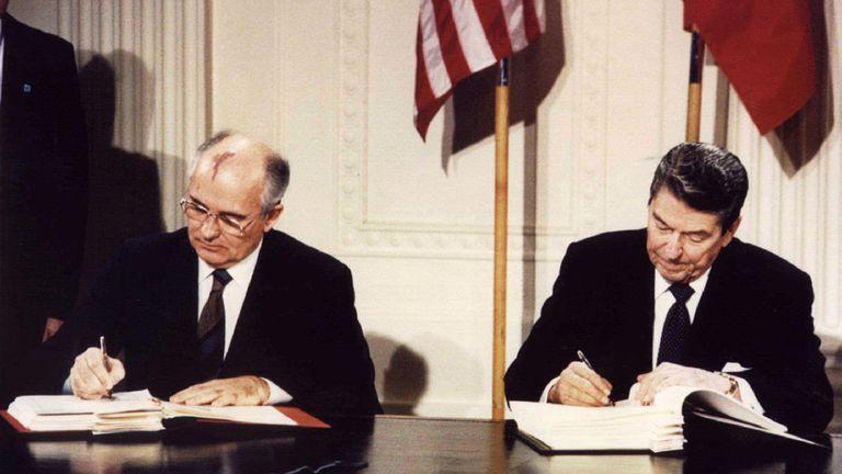 Le président Ronald Reagan (à droite) et le président soviétique Mikhaïl Gorbatchev signent le traité à la Maison-Blanche le 8 décembre 1987.