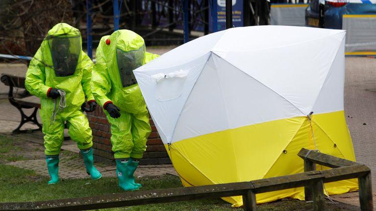 La tente médico-légale recouvrant le banc où ont été retrouvés Sergei Skripal et sa fille Yulia a été repositionnée par des fonctionnaires en tenue de protection