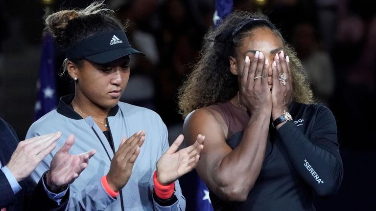Serena Williams des États-Unis (à droite) pleure devant le Japonais Naomi Osaka lors de la remise du trophée après la finale féminine du treizième jour du tournoi de tennis américain 2018 Open, organisé au centre national de tennis USTA Billie Jean King. Crédit obligatoire: Robert Deutsch-USA TODAY Sports