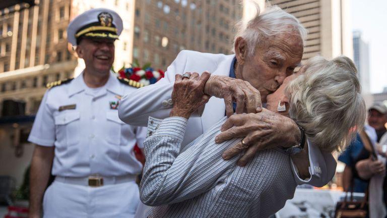 Sydnor Thompson, 90 ans, embrasse sa femme, Harriette Thompson, 91 ans, en reconstituant le baiser