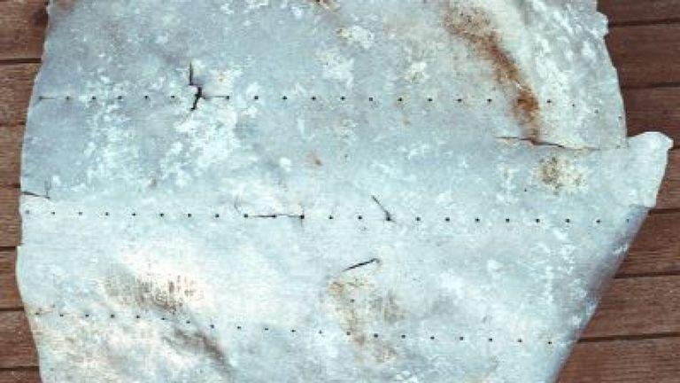 Ce panneau en aluminium, découvert en 1991, provient-il de l'avion d'Amelia Earhart? Pic: TIGHAR