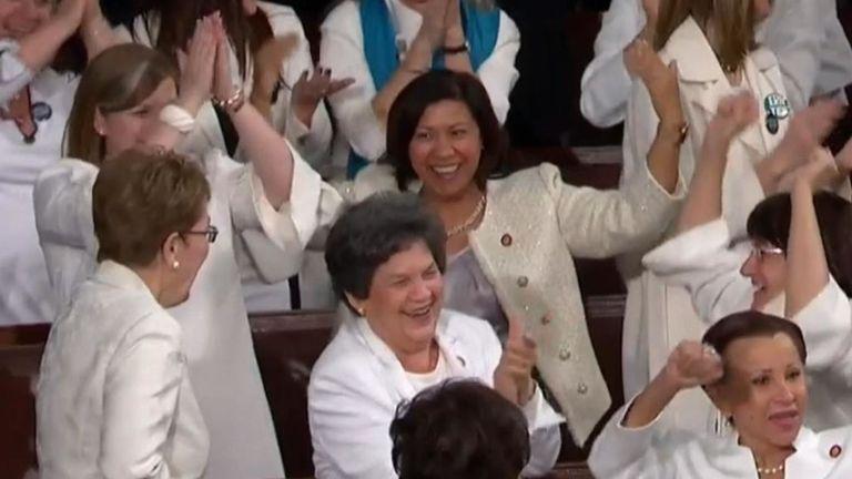 Comme le président Trump a noté un nombre record de femmes au congrès, les démocrates ont ovationné