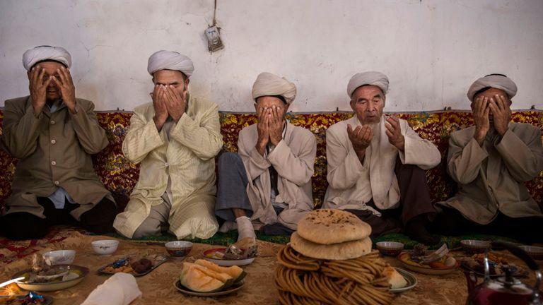 Des Ouïghours prient à Turpan, en Chine