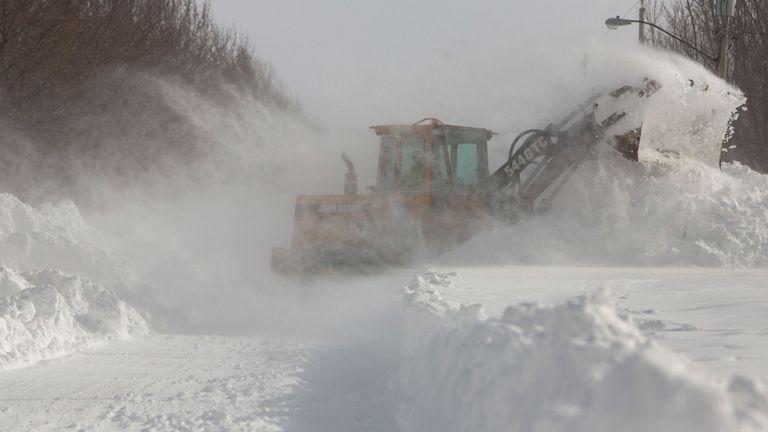 La neige profonde est enlevée d'une route à Buffalo, dans l'état de New York
