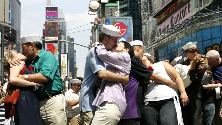 Les couples recréent la célèbre photo pour marquer le 61e anniversaire de la journée V-J en 2006