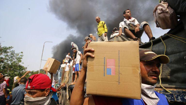 Les gens se sont précipités pour obtenir l'aide du camion en flammes sur le pont Francisco de Paula Santander