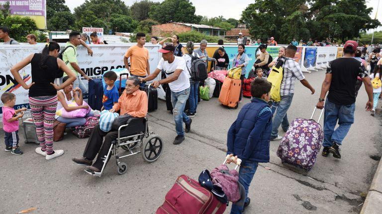 Les gens traversent en Colombie sur le pont international Simon Bolivar