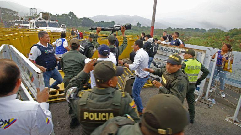 Le moment où deux gardes vénézuéliens se remettent aux autorités colombiennes