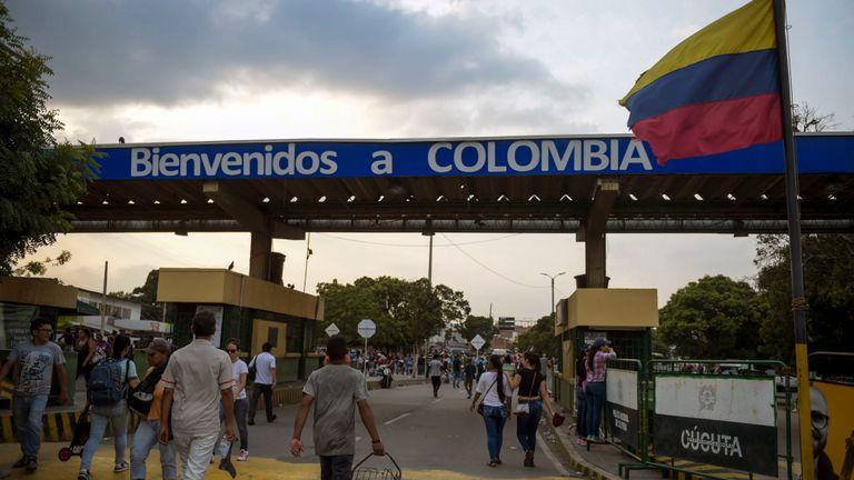 Les gens traversent le pont international Simon Bolivar à la frontière entre Tachira au Venezuela et Cucuta en Colombie