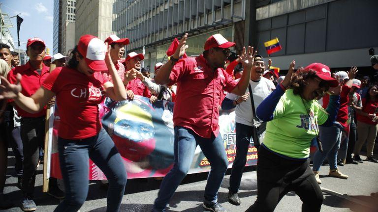 Des groupes de samba ont joué et les gens ont dansé dans la rue