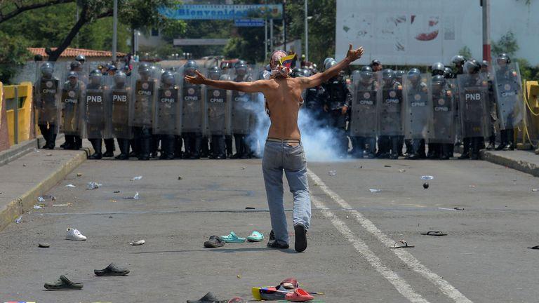 Un homme affronte la police sur le pont Simon Bolivar à Cucuta, en Colombie