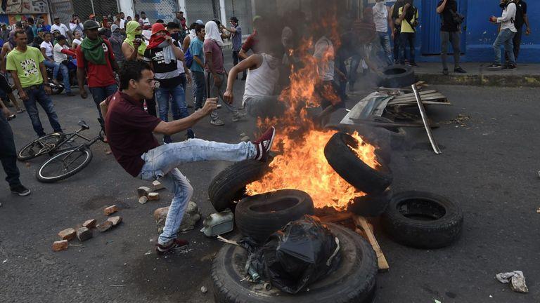 Les Vénézuéliens affrontent des gardes nationaux dans la ville frontalière d'Urena