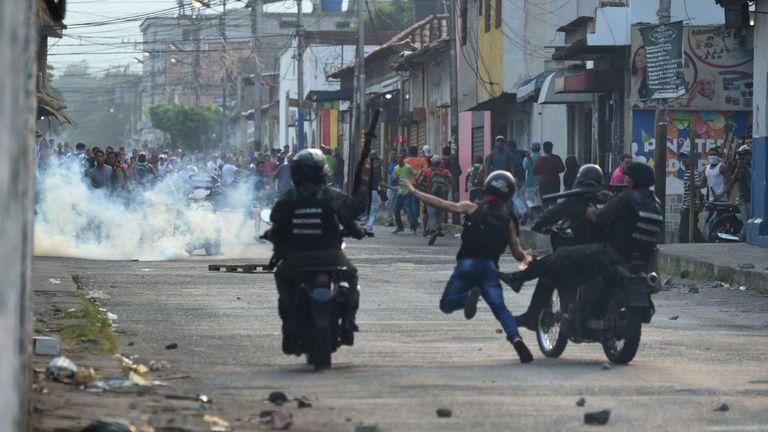 Les gardes nationales vénézuéliennes s'affrontent avec des manifestants à Urena