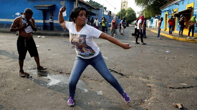 Une femme jette un objet à la police à Urena