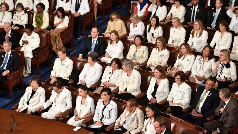 Les politiciennes démocrates portaient des tenues blanches en l'honneur des suffragettes
