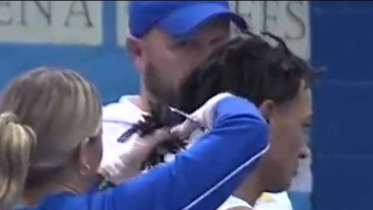 Le lutteur noir au lycée Andrew Johnson a été contraint de se faire couper ses dreadlocks par un arbitre blanc afin de pouvoir participer