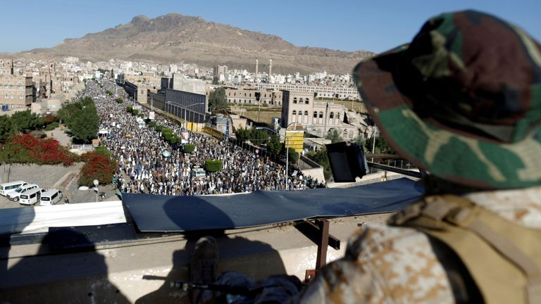 Un militant houthi monte la garde sur le toit d'un immeuble à Sanaa