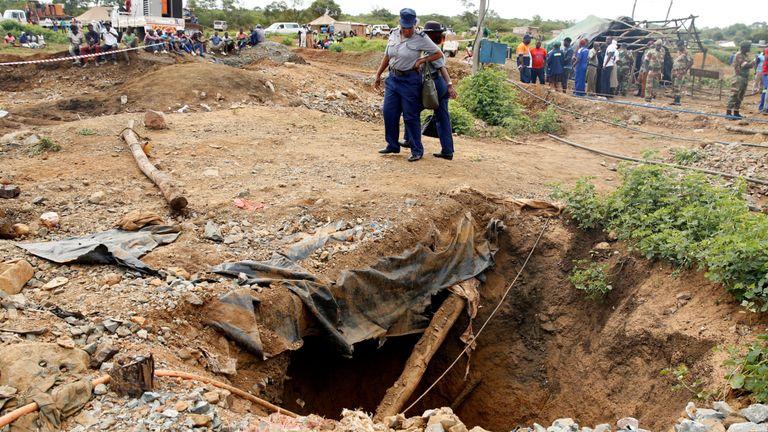 Au moins 22 corps ont été identifiés dans des puits et des tunnels
