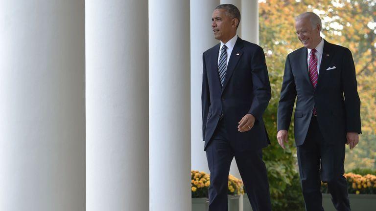 Le président américain Barack Obama (à gauche) et le vice-président Joe Biden abordent, pour la première fois publiquement, l'élection sous le choc de Donald Trump, son successeur, le 9 novembre 2016 à la Maison Blanche à Washnigton, DC campagne électorale d'un an, Obama a répété qu'il ne manquerait pas de faire tout son possible pour assurer la transition pacifique du pouvoir. / AFP / Nicholas Kamm (Le crédit photo devrait correspondre à NICHOLAS KAMM / AFP / Getty Images)