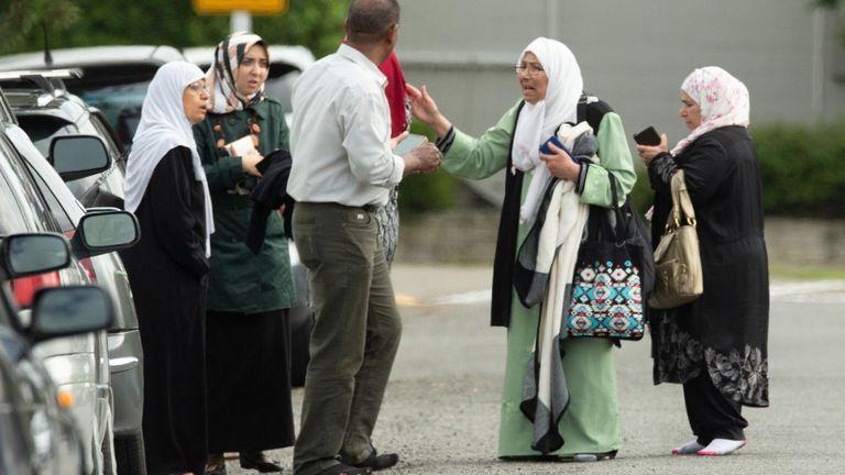 Personnes à l'extérieur de la mosquée Al Noor à Christchurch