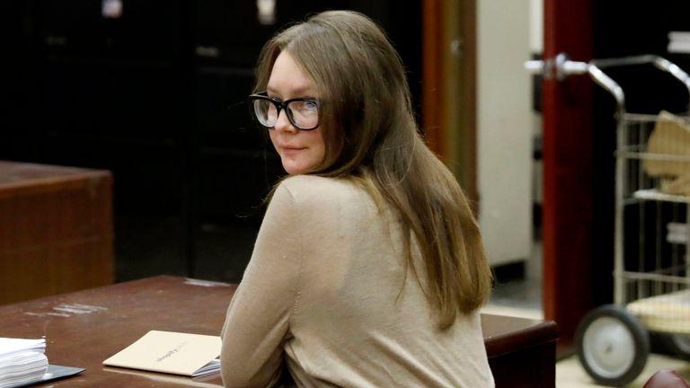 Anna Sorokin arrive à la Cour suprême de l'État de New York, à New York, le mercredi 27 mars 2019. Sorokin est actuellement jugée pour vol et délits de vol de services.