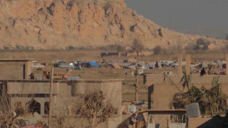 Au cours de la journée, lorsque les combats cessent, une tente de fortune hébergeant les familles des lS est visible au loin.