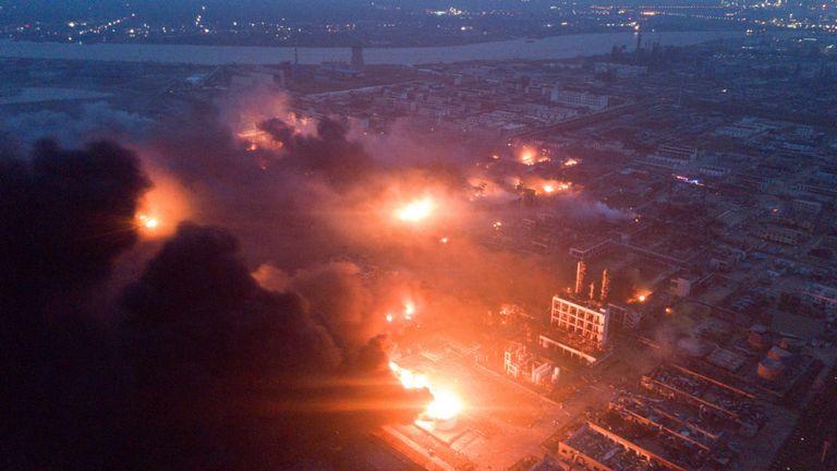 La fumée s'échappe de l'explosion de l'usine