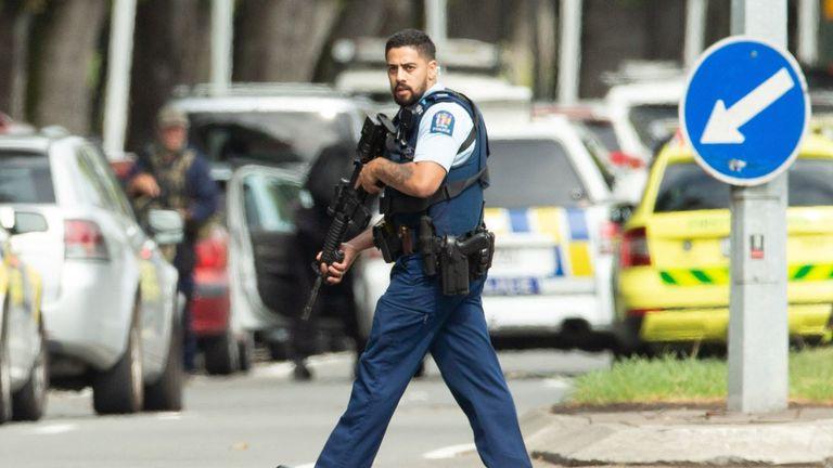 La police armée est en force à Christchurch après la fusillade qui a fait au moins 40 morts