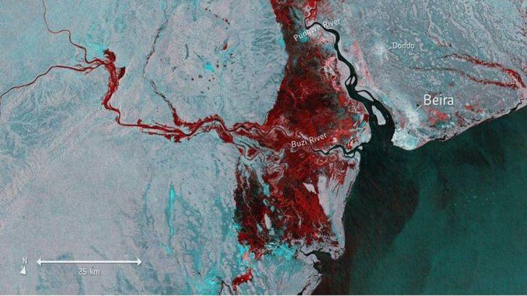 Une image satellite montre l'étendue des inondations, mise en évidence en rouge, autour de Beira au Mozambique. Pic: Agence spatiale européenne