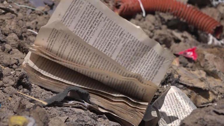 Un livre de poche flotte dans la brise