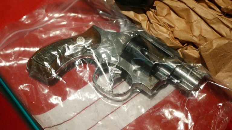 Une arme à feu exposée dans le procès Nemmouche