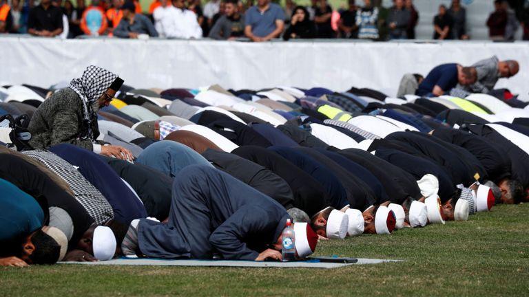 Les gens font la prière du vendredi une semaine après la fusillade