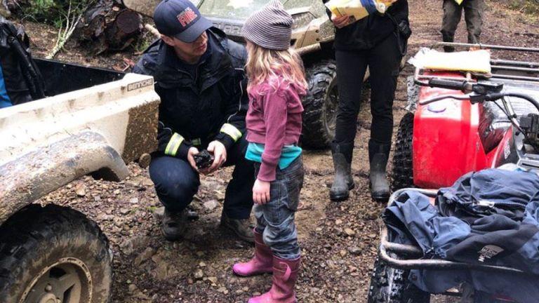 Une des filles parle avec un membre du service d'incendie après avoir été retrouvée. Photo: shérif du comté de Humboldt