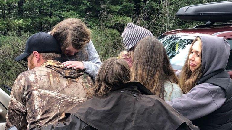 Les filles disparues sont enlacées après avoir été retrouvées. Photo: shérif du comté de Humboldt
