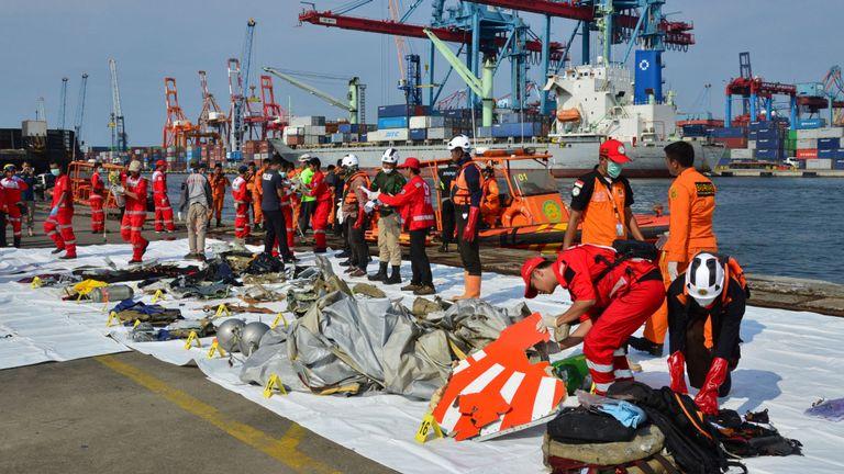 Les membres de l'équipe de secours organisent l'épave, montrant une partie du logo du vol Lion Air JT610, qui s'est écrasé dans la mer, au port de Tanjung Priok à Jakarta, Indonésie, le 29 octobre 2018. REUTERS / Intermittent