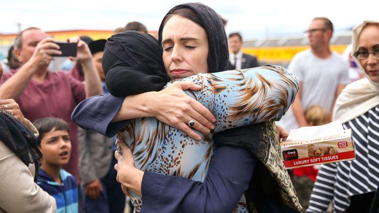 Jacinda Ardern embrasse une femme à l'extérieur d'une mosquée