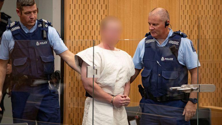 Brenton Tarrant, accusé de meurtre pour les attaques contre une mosquée, est vu sur le quai lors de sa comparution devant le tribunal de district de Christchurch, en Nouvelle-Zélande, le 16 mars 2019.